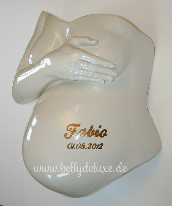 Gipsabdruck Babybauch mit Arm über Brust