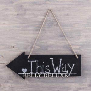 Schild aus Holz in Pfeilform
