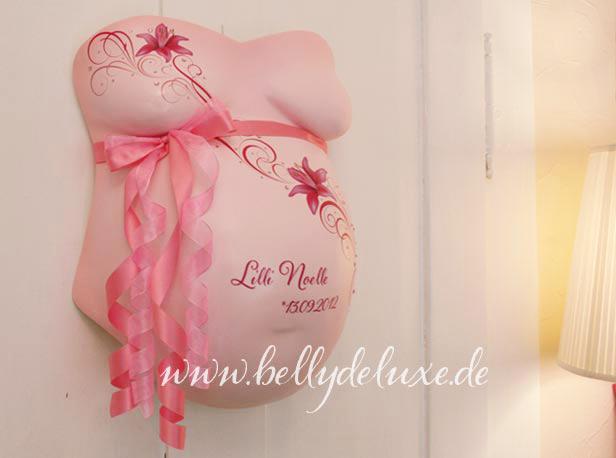 Rosa Gipsabdruck Babybauch mit Lilien und Ornamenten Dekoration