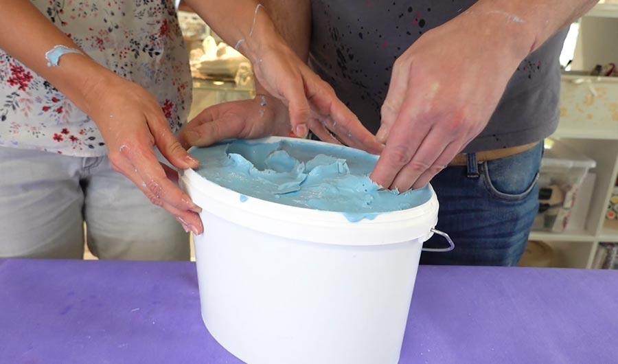 Alginat ist nach Abbindung fest und die Hände werden aus der Form gezogen