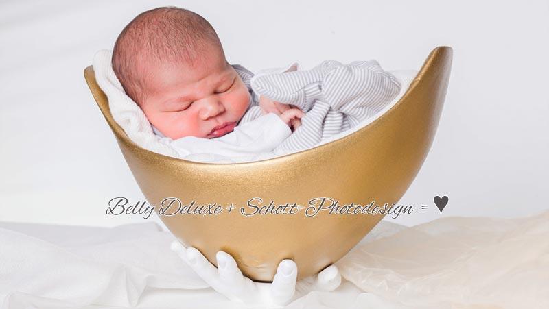 Baby liegt in goldener Belly Bowl Babybauchschale