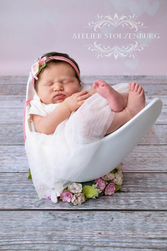Neugeborenes Baby schläft in Belly Bowl